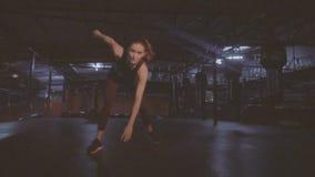 Mujer morena bonita de la aptitud en el gimnasio metrajes