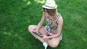 Mujer morena caucásica joven feliz con la tableta almacen de video