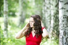 Mujer morena caucásica joven hermosa en vestido rojo al aire libre Fotografía de archivo libre de regalías