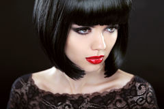 Mujer morena con el pelo corto negro haircut hairstyle franja Foto de archivo