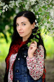 Mujer morena con el pelo largo debajo del cerezo en flor Foto de archivo
