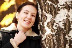 Mujer morena con la hoja de oro del otoño Foto de archivo libre de regalías