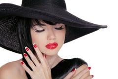 Mujer morena de la belleza con maquillaje brillante del encanto y manicur rojo imagen de archivo
