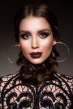 Mujer morena de la belleza con maquillaje perfecto Maquillaje profesional hermoso del día de fiesta foto de archivo