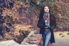 Mujer morena de la moda de los jóvenes en parque del otoño Foto de archivo