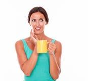 Mujer morena de pensamiento con la taza de café Imagenes de archivo