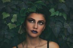 Mujer morena elegante con el abarcamiento de la hoja retrato de la muchacha con la hierba natural Mujer hermosa que se relaja Foto de archivo libre de regalías