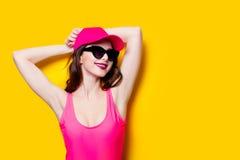 Mujer morena elegante en traje de baño y casquillo rosados de la moda La atractivo Imagen de archivo libre de regalías