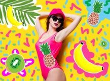 Mujer morena elegante en traje de baño y casquillo rosados de la moda fotos de archivo libres de regalías