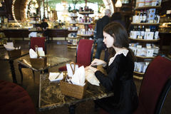 Mujer morena elegante joven en cofe de consumición del café Imagen de archivo libre de regalías