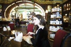 Mujer morena elegante joven en cofe de consumición del café Imágenes de archivo libres de regalías