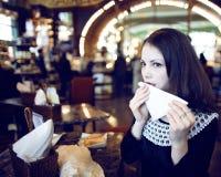 Mujer morena elegante joven en el café de consumición del café, interior de lujo Imagenes de archivo