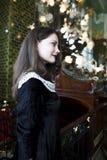 Mujer morena elegante joven en el café de consumición del café, interior de lujo Fotografía de archivo libre de regalías