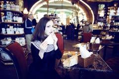 Mujer morena elegante joven en el café de consumición del café, lujo internacional Imagen de archivo libre de regalías