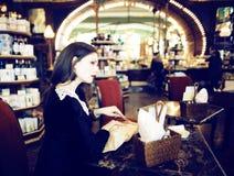 Mujer morena elegante joven en el café de consumición del café, lujo internacional Fotos de archivo libres de regalías