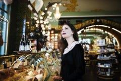 Mujer morena elegante joven en el café de consumición del café, lujo internacional Fotografía de archivo