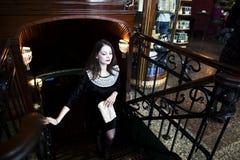 Mujer morena elegante joven en el café de consumición del café, lujo internacional Fotografía de archivo libre de regalías