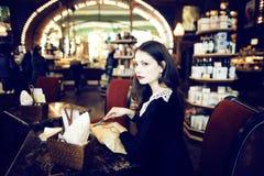 Mujer morena elegante joven en la consumición del café Fotografía de archivo