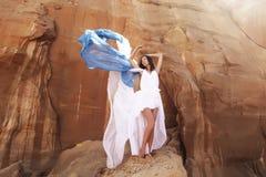 Mujer morena en desierto fotos de archivo