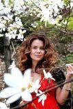 Mujer morena en el jardín de flores de la primavera, retrato de la forma de vida Fotos de archivo libres de regalías