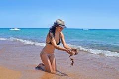 Mujer morena en la playa Peloponeso Grecia de Koroni fotos de archivo libres de regalías