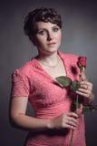 Mujer morena en vestido rosado Foto de archivo