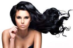 Mujer morena hermosa con el pelo negro largo Imagen de archivo
