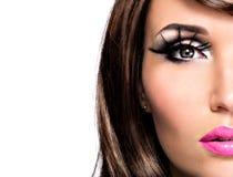 Mujer morena hermosa de la media cara con maquillaje brillante de la moda Imagenes de archivo