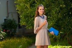 Mujer morena hermosa del estilo del blog en la presentación de moda del vestido Fotos de archivo libres de regalías
