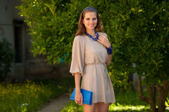 Mujer morena hermosa del estilo del blog en la presentación de moda del vestido Fotografía de archivo