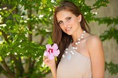 Mujer morena hermosa del estilo del blog en la presentación de moda del vestido Imágenes de archivo libres de regalías