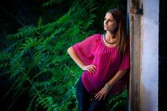 Mujer morena hermosa del estilo del blog en la presentación de moda del vestido Foto de archivo
