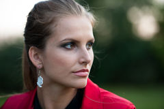 Mujer morena hermosa del estilo del blog en la presentación de moda del vestido Imagen de archivo libre de regalías
