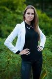 Mujer morena hermosa del estilo del blog en la presentación de moda del vestido Fotografía de archivo libre de regalías