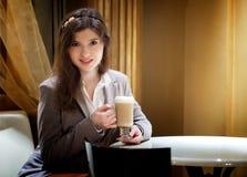 Mujer morena hermosa en café de consumición del restaurante Fotografía de archivo