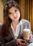Mujer morena hermosa en café de consumición del restaurante Imagen de archivo