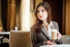 Mujer morena hermosa en café de consumición del restaurante Imagenes de archivo