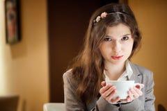 Mujer morena hermosa en café de consumición del restaurante Imagen de archivo libre de regalías