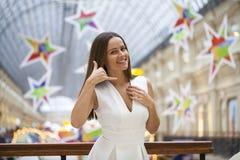 Mujer morena hermosa en el vestido blanco Imagen de archivo libre de regalías