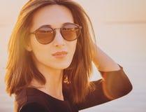 Mujer morena hermosa en gafas de sol redondas Foto de archivo