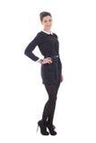 Mujer morena hermosa en la presentación negra del vestido aislada en blanco Imágenes de archivo libres de regalías