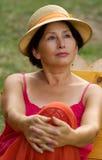 Mujer morena hermosa en sombrero elegante Imagenes de archivo