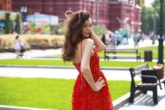 Mujer morena hermosa en vestido rojo atractivo foto de archivo libre de regalías