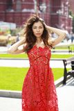 Mujer morena hermosa en vestido rojo atractivo fotos de archivo