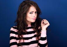 Mujer morena hermosa infeliz de pensamiento del maquillaje de la confusión divertida Imágenes de archivo libres de regalías