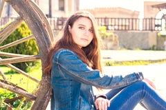 Mujer morena hermosa joven con el pelo largo cerca de un carro Fotos de archivo