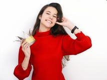 Mujer morena hermosa joven en suéter rojo y la corona diy que juegan a la princesa contra el fondo blanco Fotografía de archivo