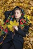 Mujer morena hermosa joven que presenta al aire libre en parque del otoño Imagen de archivo