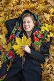 Mujer morena hermosa joven que presenta al aire libre en parque del otoño Foto de archivo