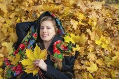 Mujer morena hermosa joven que presenta al aire libre en parque del otoño Fotos de archivo